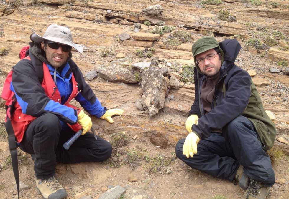 Los doctores Manuel Schilling (Universidad Austral de Chile) y José María González Jiménez (Universidad de Granada), dos de los autores de este trabajo, durante la campaña de muestreo en el campo volcánico patagónico objeto del estudio publicado. Foto: UGR.