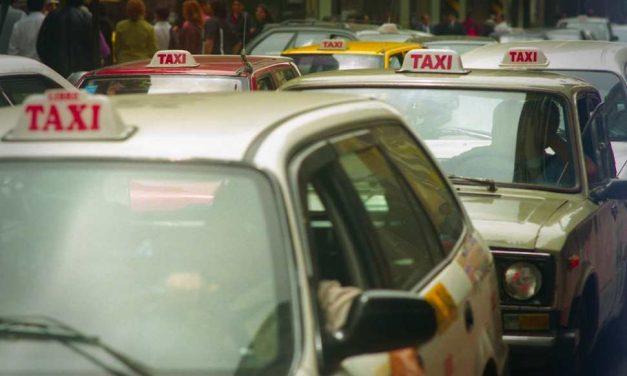 Un taxista de Lima se juega la vida para evitar que violen a su pasajera