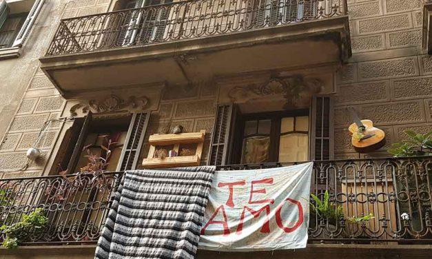 Una bandera diferente cuelga de un balcón de Gràcia en Barcelona…