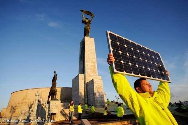 Un activista de Greenpeace porta una placa fotovoltaica como símbolo de obtener nuestra energía de fuentes renovables y de que se facilite el autoconsumo de los ciudadanos. Foto cortesía de Greenpeace