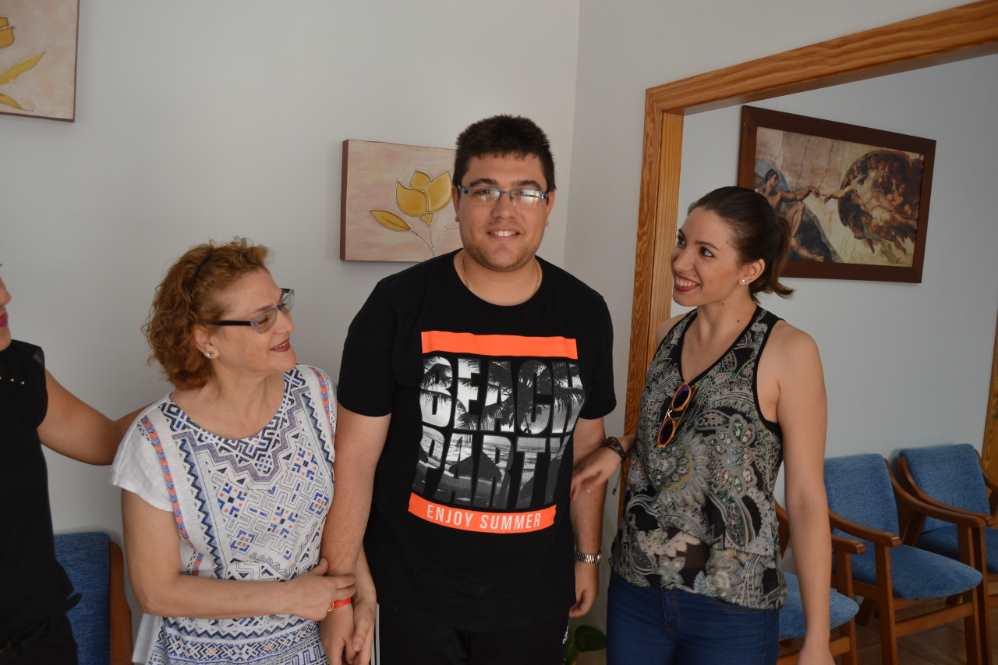 De izquierda a derecha: Mercedes, José y Ángela, una familia de nuevo feliz tras los cuidados y atención recibidos en el centro de día AIDIS