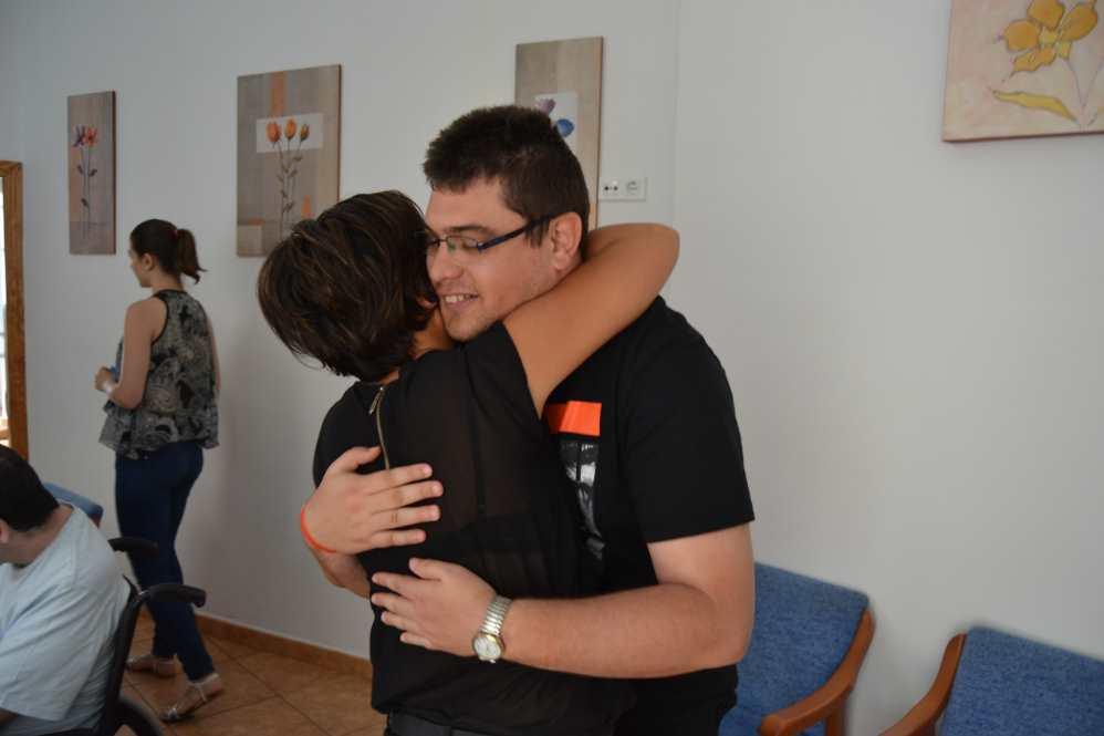 El emotivo abrazo entre José y la Directora del centro AIDIS