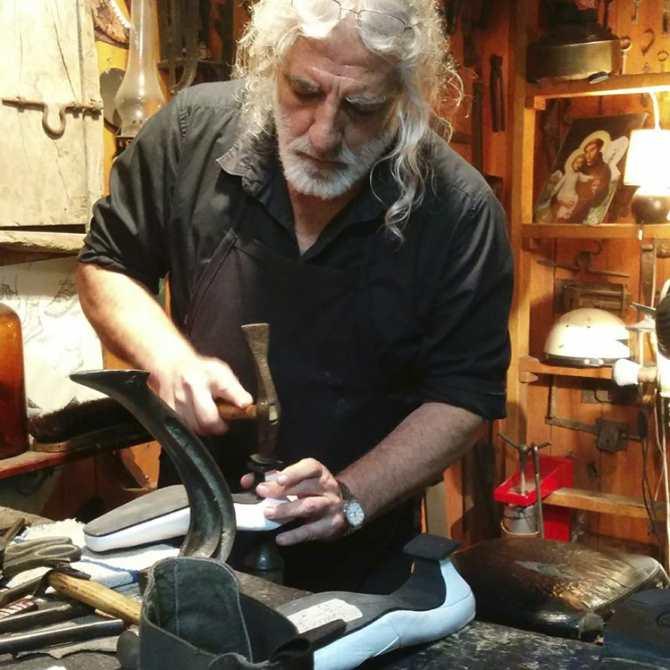 Un zapatero remendando unos zapatos. Profesiones que se merecen un 10