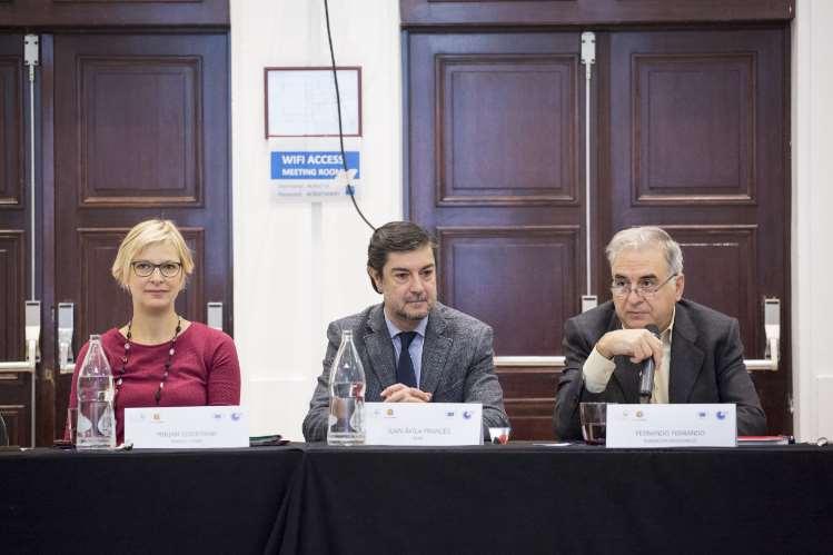 De izquierda a derecha: Miriam Eisermann, Responsable de Comunicación y Política de Energy Cities; Juan Ávila Francés, Secretario General de la Federación Española de Municipios y Provincias y Fernando Ferrando, Presidente de la Fundación Renovables. Foto: Fundación Renovables