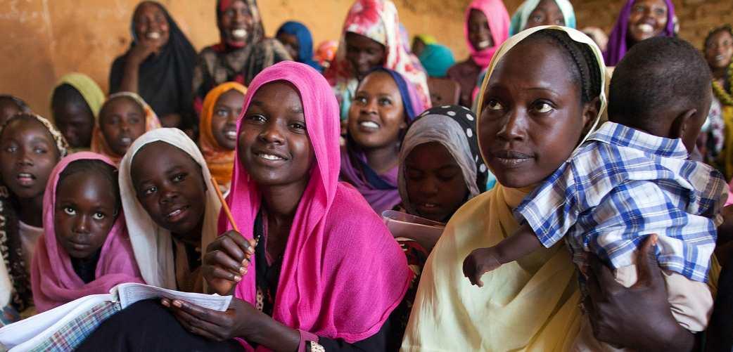 Mujeres en el campamento de Abu Shouk para personas internamente desplazadas, Darfur Septentrional, reciben lecciones de inglés impartidas por profesores voluntarios y facilitadas por la policía de la UNAMID. Foto: ONU