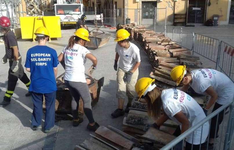 Miembros del cuerpo europeo de solidaridad trabajando en la reconstrucción de unas viviendas. Foto: European Solidarity Corps