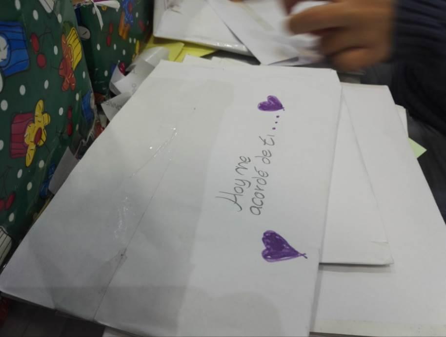 Uno de los sobres de las cartas decorado por los niños con todo el cariño puesto en ellos