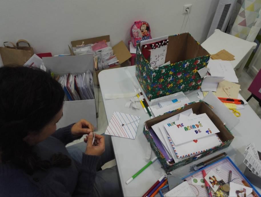 """La compañera de Arantxa y colaboradora de """"Hoy me acordé de ti"""" procesando cartas escritas por niños para niños hospitalizados"""