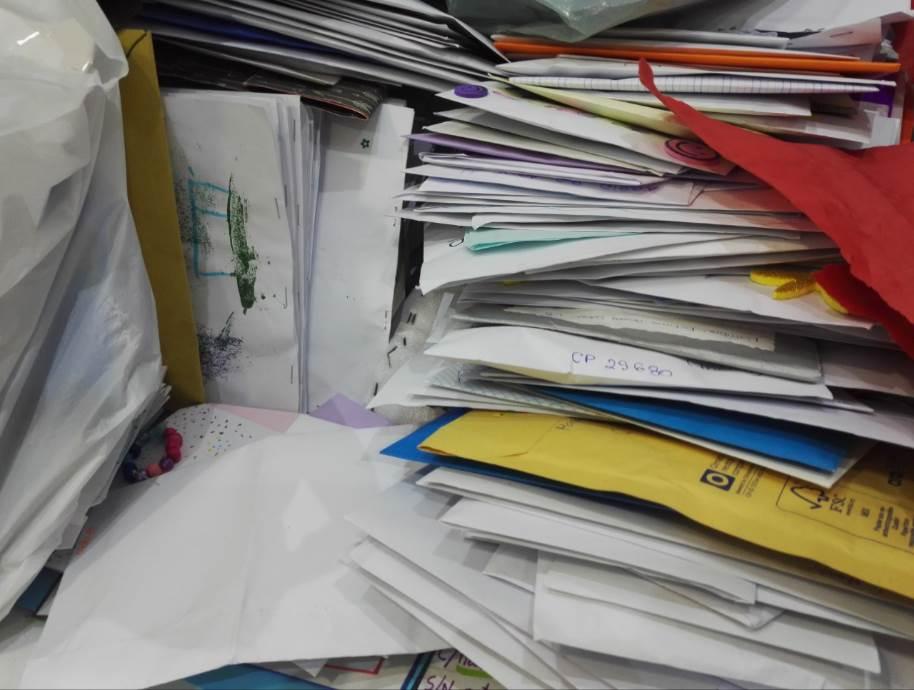 """Cientos, miles de cartas escritas por niños esperan en """"El Nido de Mamá"""" para ser procesadas y enviadas a niños hospitalizados"""