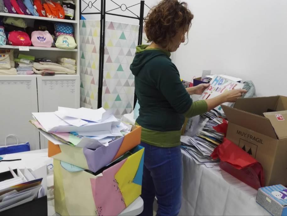 Arantxa preparando cartas de las miles recibidas