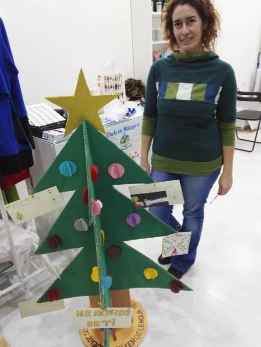 Arantxa nos muestra el árbol hecho por unos alumnos de un instituto que han recibido junto con las cartas
