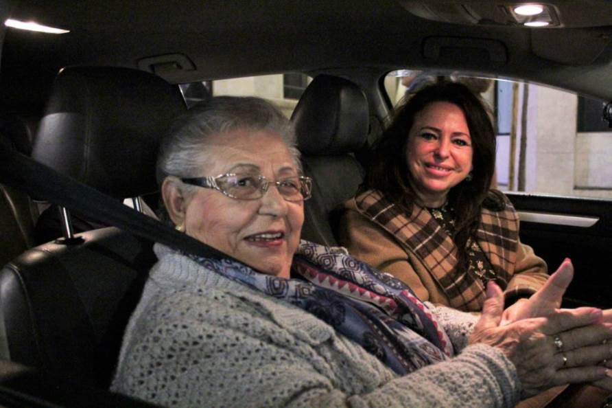 Una de las personas mayores que disfrutaron de la Caravana Solidaria de Unitaxi
