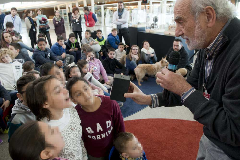 Niños observan muy interesados una exhibición científica en el Parque de las Ciencias