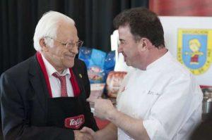 El chef Martín Berasategui, encargado del menú de la cena de Nochebuena para 200 personas sin hogar, junto al Padre Ángel