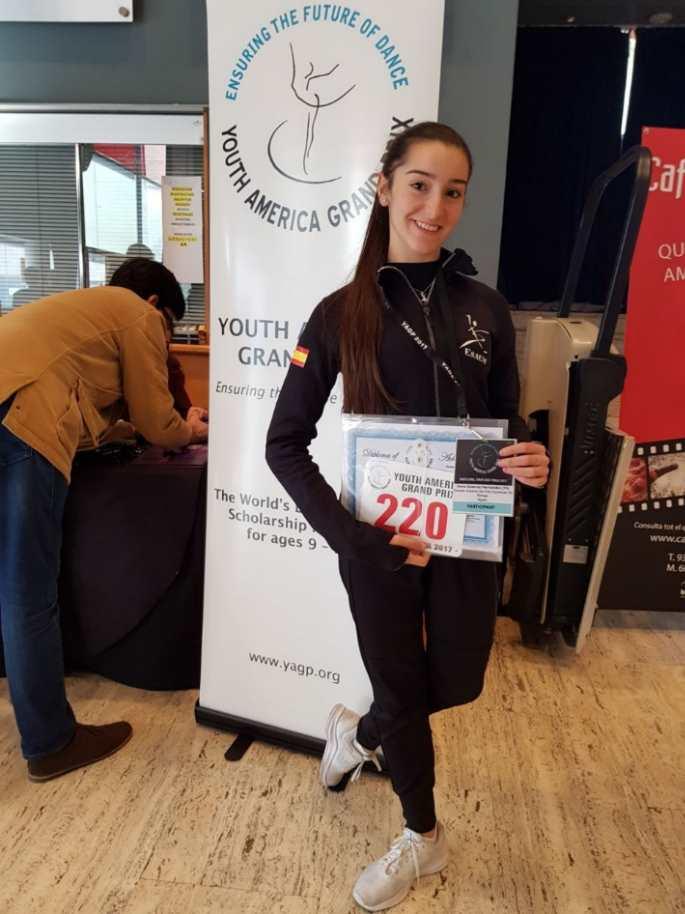 La bailarina y alumna de ESAEM Irene Estévez Hernández con su dorsal del concurso YAGP
