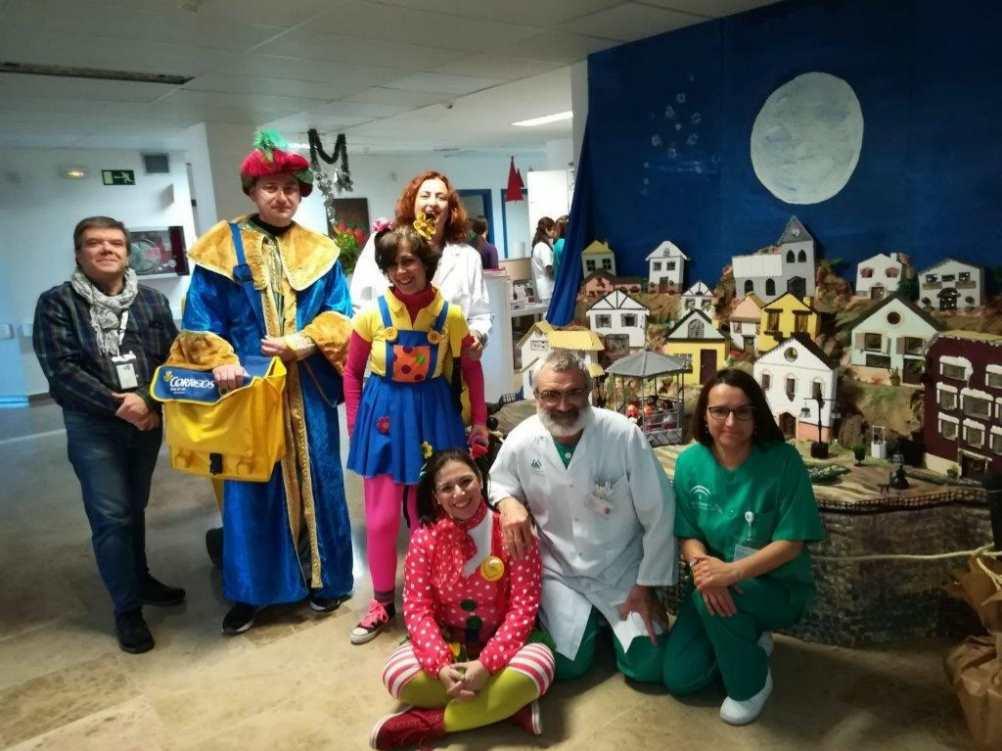 Recogida de cartas para los Reyes Magos en el Hospital Infanta Margarita por parte de empleados de Correos