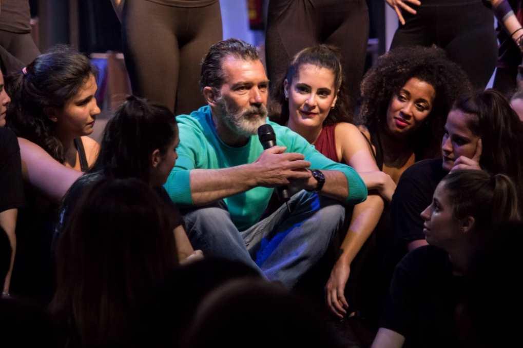 Antonio Banderas dialogando con los artistas y alumnos de ESAEM