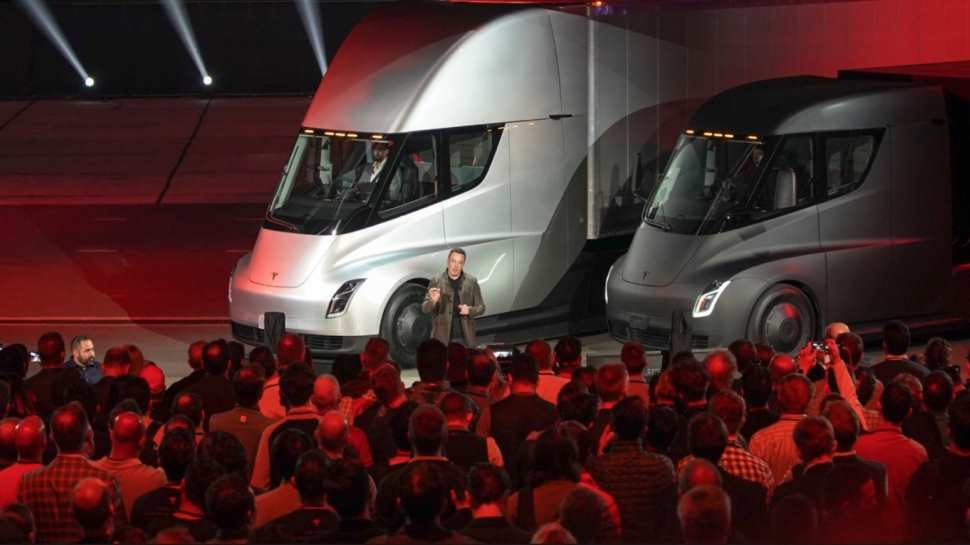 Elon Musk presenta el nuevo camión eléctrico Tesla Semi, que promete ser una revolución del transporte de paquetería terrestre