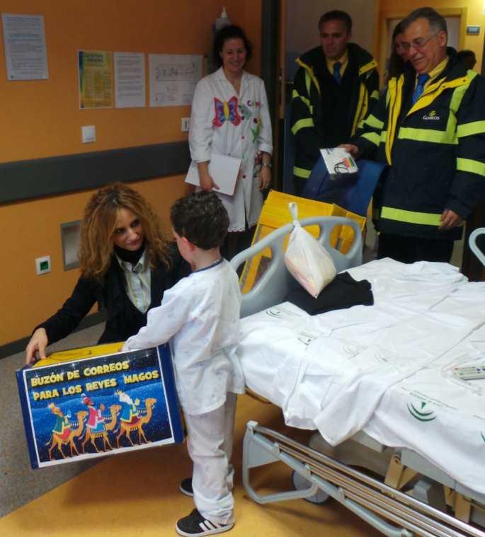 Un niño hospitalizado en Sevilla deposita su carta en el buzón de correos Real para los Reyes Magos