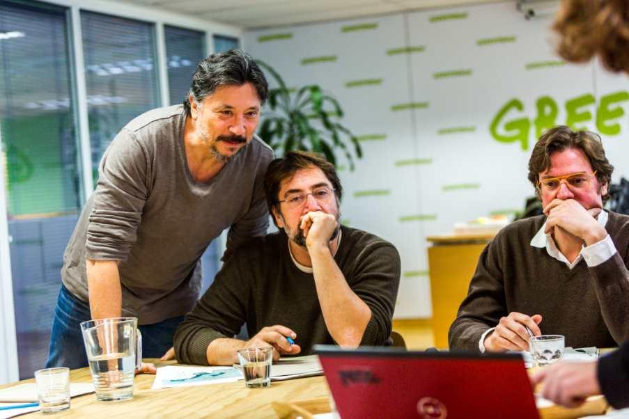 Carlos Bardem, Javier Bardem y Álvaro Longoria en las oficinas de Greenpeace España. Foto: Greenpeace/Juan Lafita