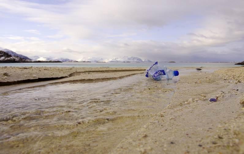 Los plásticos suponen el 85% de los residuos en las playas. Foto cortesía de Bo Eide