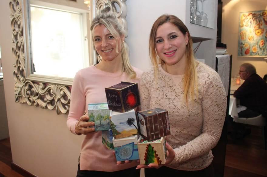Hélène Mostertman y Marina Hernandez posan con las cajitas en el restaurante