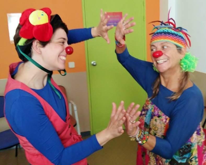 Dos payasas realizan una exhibición para niños y niñas en el Servicio de Psiquiatría del Hospital Gregorio Marañón de Madrid. Foto: Saniclown