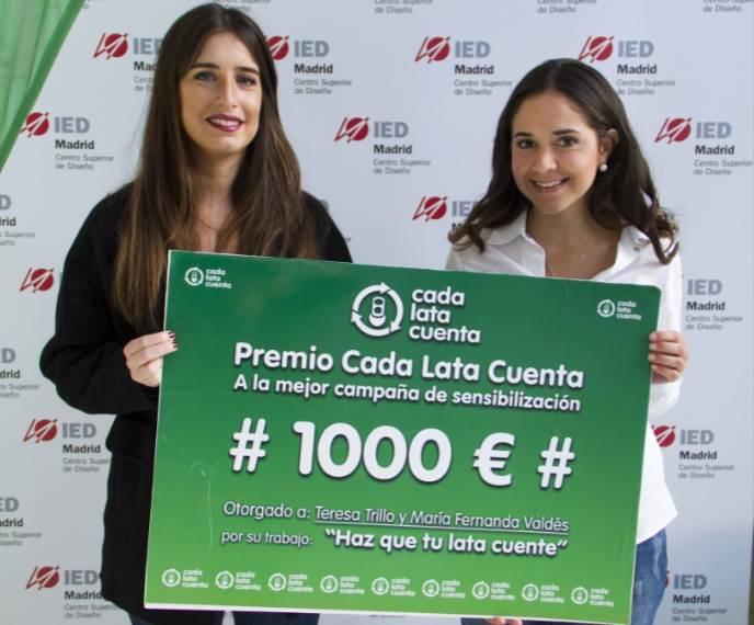 Teresa Trillo y Maria Fernanda Valdés recogen su premio de 1.000€ por su trabajo de comunicación