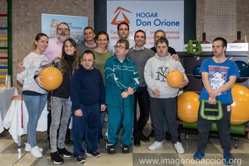 Foto de familia del acto de entrega del material de entrenamiento al Hogar Don Orione. Foto: Imagen en acción