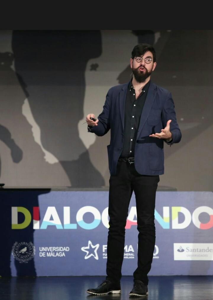 El humorista Manu Sánchez ofreción un monólogo cargado de ironía y sarcamo respecto al emprendimiento