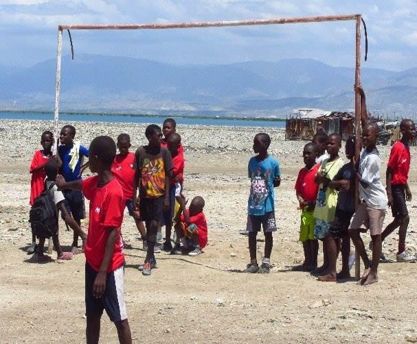 El proyecto de la Fundación Nuestros Pequeños Hermanos y de Manos Unidas construirá un nuevo campo de fútbol para los niños de Cite Soleil de Puerto Príncipe (Haití)