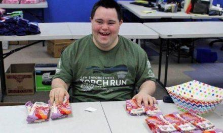 Joven con síndrome de Down crea una exitosa empresa de calcetines locos