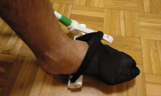 Inventan un dispositivo para colocarse los calcetines o medias sin agacharse