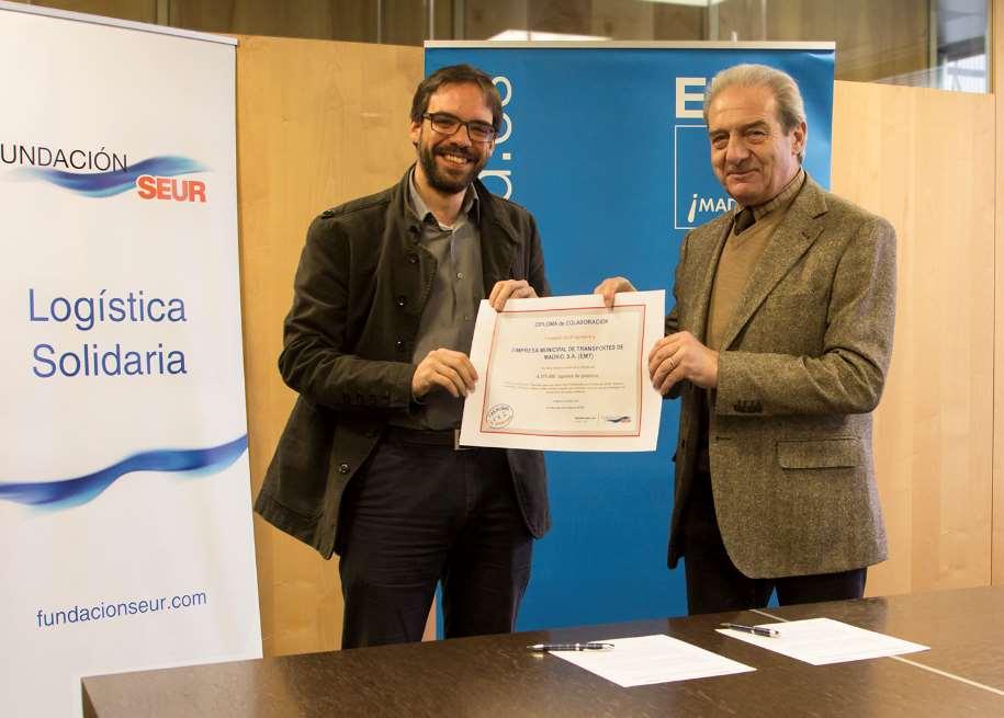 Acto de entrega del diploma de agradecimiento al Gerente de la EMT, Álvaro Fernández Heredia, que acredita la gran ayuda que ha supuesto esta colaboración a todo el proyecto
