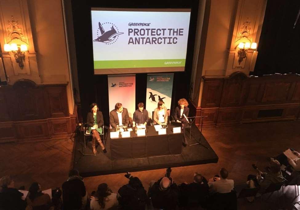 Javier Bardem ha presentado en Berlín un adelanto del documental 'Santuario', rodado junto al realizador Álvaro Longoria durante su viaje a la Antártida