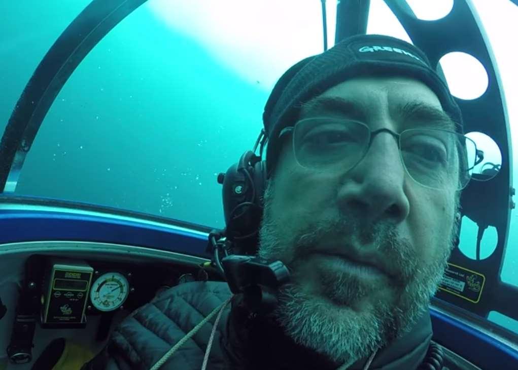 El actor Javier Bardem a bordo de un minisubmarino durante su inmersión en las agua del Océano Antártico