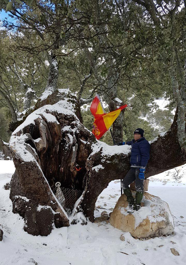 Javier junto a la encina milenaria en la zona del almiceran Pozo Alcón, justo en la zona de caza