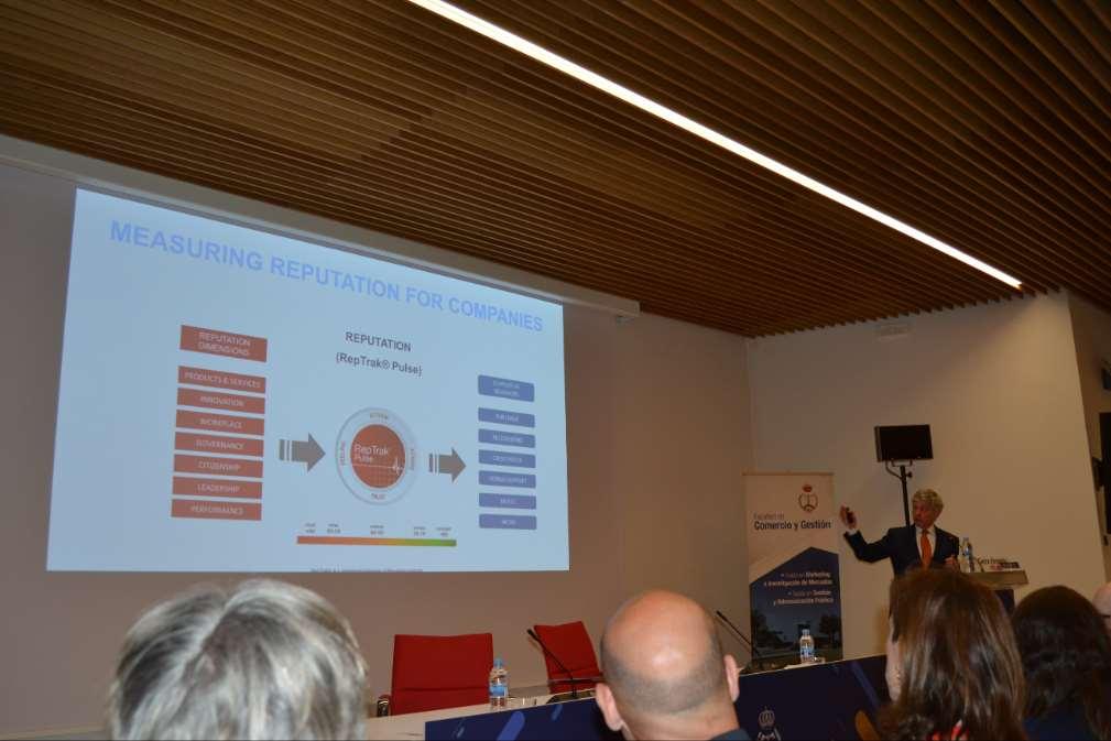 El Dr. Cees Van Riel explicando cómo se mide la reputación de una empresa
