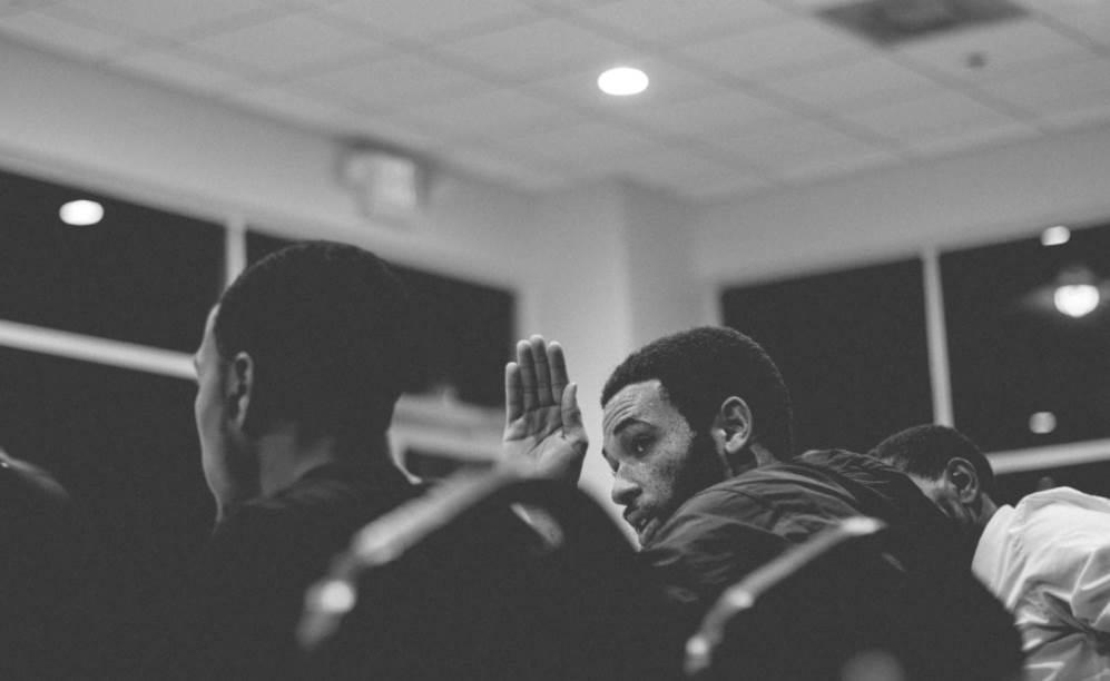 Un círculo de hombres es un espacio donde la confianza y la escucha permiten que cada hombre participante abra sus sentimientos y ayude a los demás