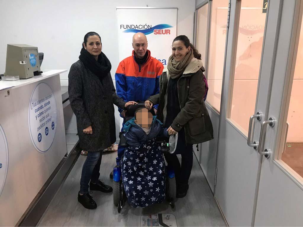 De izquierda a derecha, Luisa López, responsable de puntos de venta de SEUR, un compañero de Luisa, la madre de Pablo y Pablo