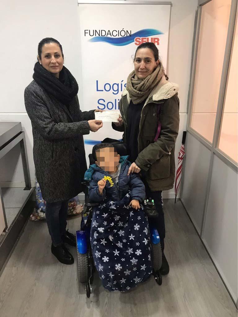 Pablo junto a su madre ha recibido 1.980 euros para un tratamiento médico no cubierto por la sanidad pública, además de la colección infantil Trazo, que le ha entregado la editorial Signo editores
