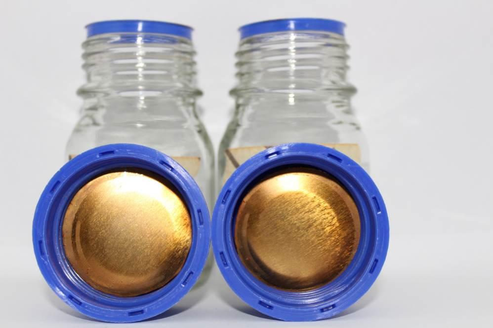 Trozo circular de hojalata recubierto con el polímero obtenido a partir de piel de tomate. Foto: Fundación Descubre
