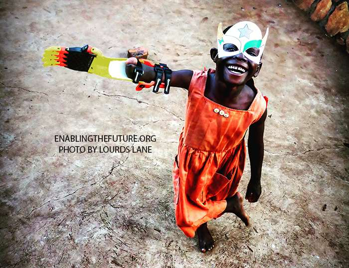 Enabling The Future trabaja para que niños y niñas que han perdido una mano o un brazo puedan volver a recuperar la movilidad