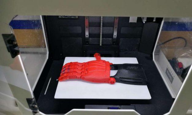 Alumnos de un colegio de Madrid crean una mano 3D para una compañera a la que le falta esa parte de su cuerpo