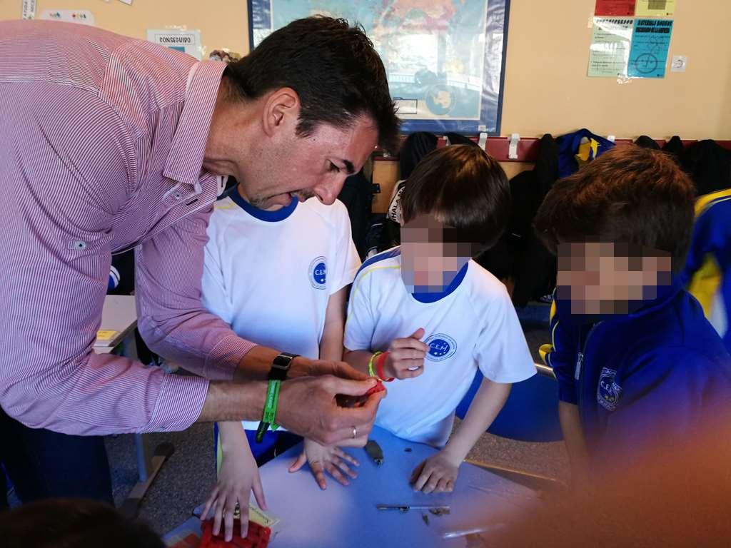 En la construcción de la mano 3D han participado alumnos de todas las edades del centro