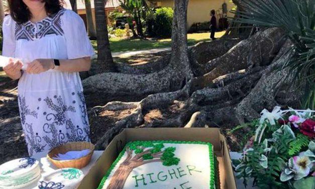 Se casa con un árbol centenario y evita que lo talen