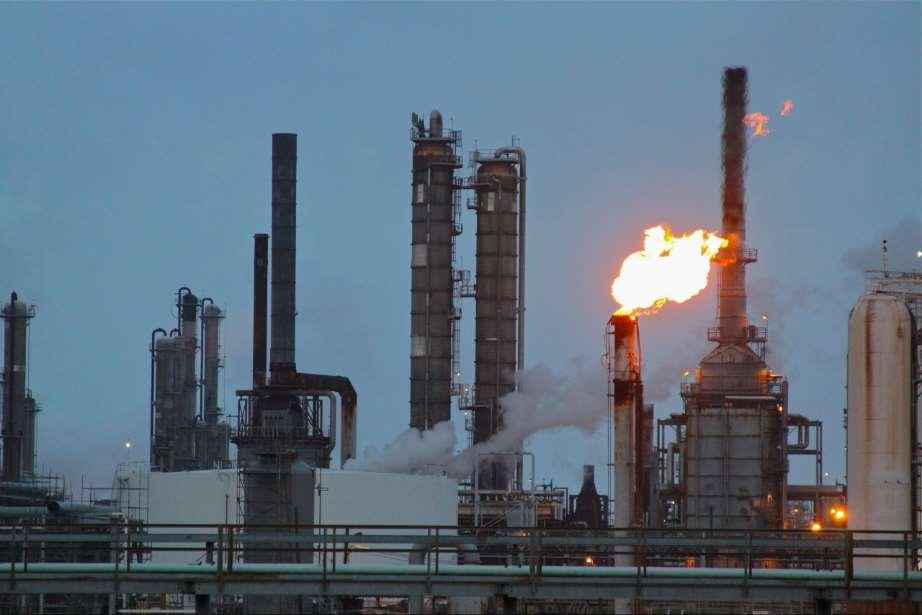 Shell es una de las diez empresas más contaminantes del mundo, invirtiendo cada año miles de millones de dólares en la búsqueda y desarrollo de nuevos combustibles fósiles contaminantes. En la foto podemos ver una refinería de Shell en Deer Park, cortesía de Roy Luck