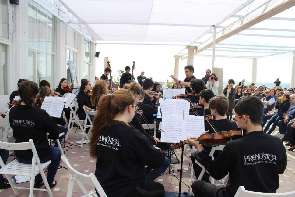 Músicos de Promúsica tocando en el Balneario de Los Baños del Carmen durante otra edición
