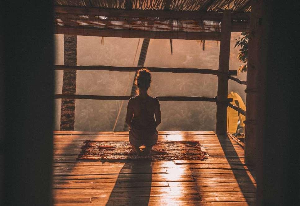Meditar es entrar en un estado de conciencia de apertura e incondicionalidad donde nos liberamos de estar esperando lo que va a ocurrir en el momento siguiente
