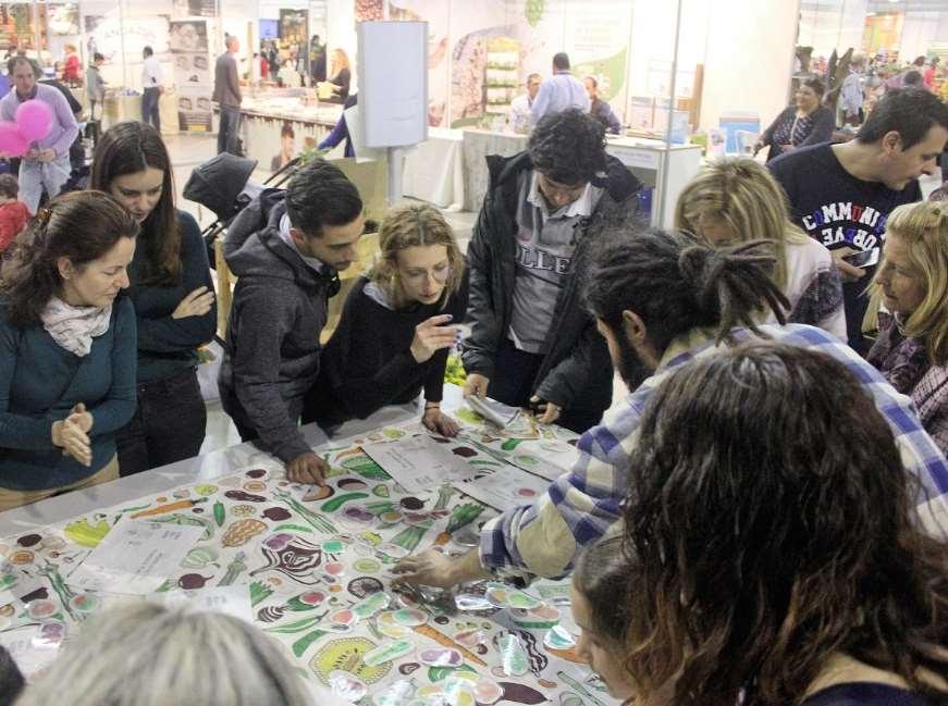 Pilar Galacho ha invitado a los padres y madres a educar con el ejemplo, ya que los niños comen por imitación. En la foto: un taller de huerto ubano durante la feria